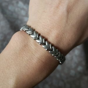 Jewelry - NWOT Silver arrow tennis bracelet with magnets